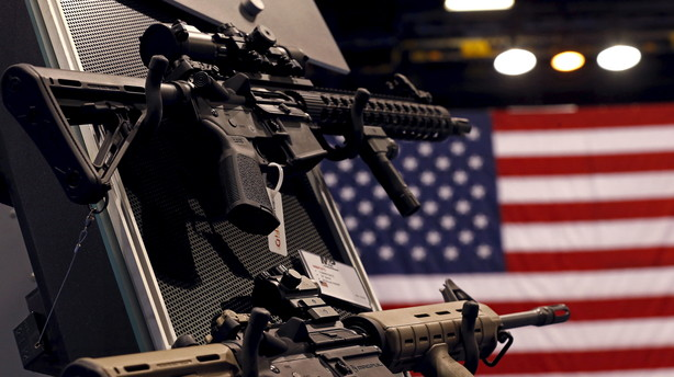Pistol-aktier skyder frem p� dagen for stramninger af v�benlov