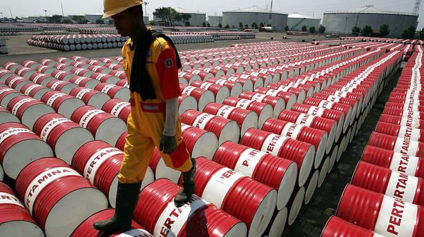 R�varer: Oliepriser viger p� indikationer om h�je lagre