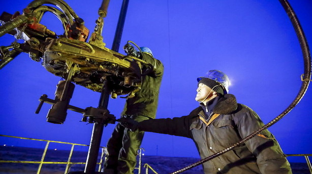 R�varer: Olie falder efter h�j amerikansk lageropbygning