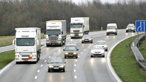 Mange fulgte delvist selvk�rende lastbiler p� pr�vetur