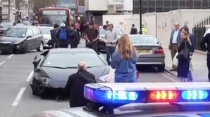 Se Lamborghini k�re galt i London centrum