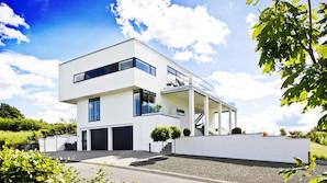 """Funkis-villa 35 meter over fjorden: """"Man bliver aldrig tr�t  af denne udsigt�"""