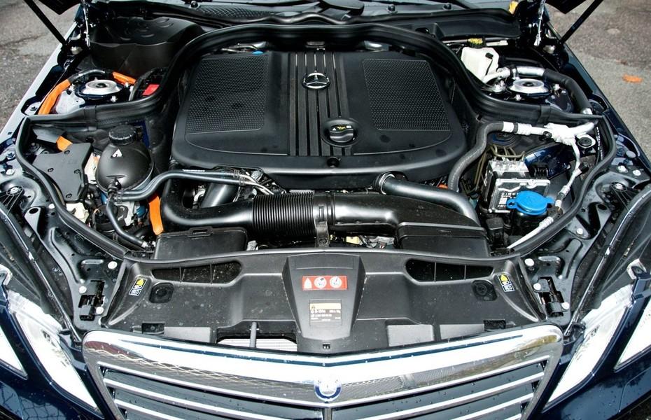 hvor sidder batteriet på en mercedes e300