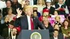 Mens du sov: Dow Jones tilbage over 22.000 - Trump nedlægger topchef-råd