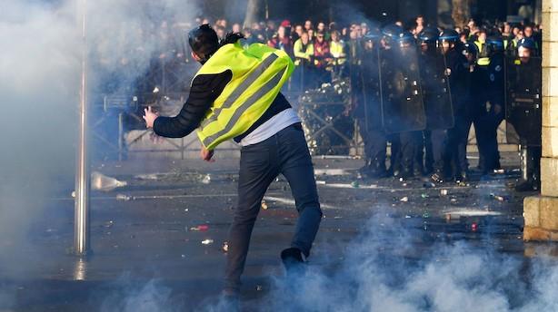 Franskmænd i oprør over stigende benzinpriser: En dræbt og  400 mennesker er blevet såret