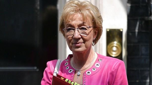 Theresa May nægter at trække sig - minister går af i protest