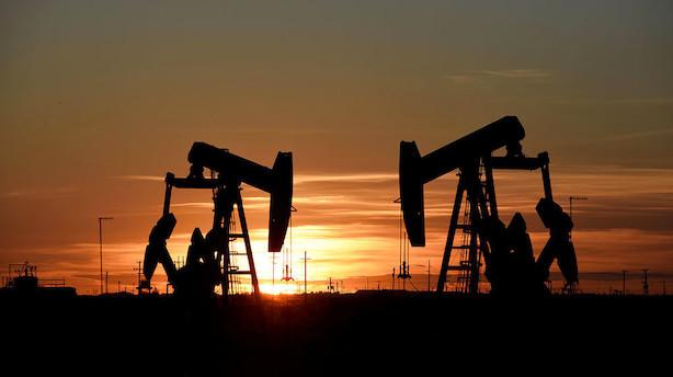 Råvarer: Oliepriserne holder niveau men trues af nye importafgifter