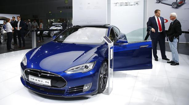 Tesla lancerer ny software-update: Nu kan bilen hente ejeren ved hoveddøren
