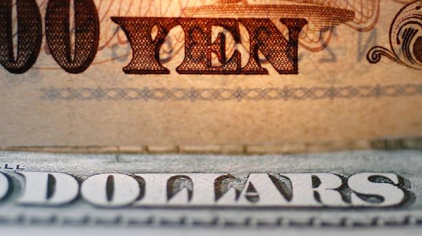 Valuta: Dollar fastholder styrke men handelsbekymringer bremser optur