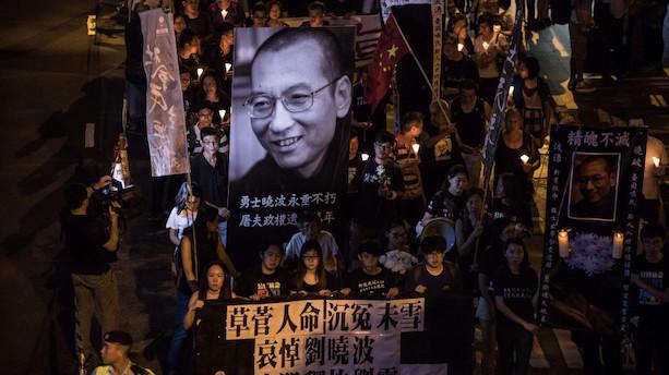 Tusinder går på gaden i Hongkong for kinesisk systemkritiker
