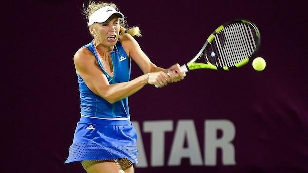 Wozniacki slider sig i semifinale efter tre afbrydelser