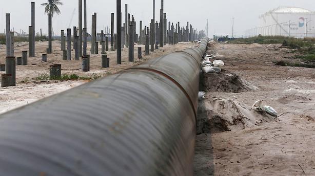 Råvarer: Nedskæringer i udbud og sanktioner hæver oliepriser