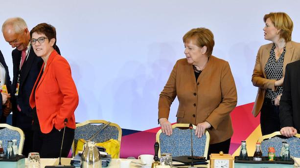 Konservative skal vælge Merkels arvtager i historisk kampvalg