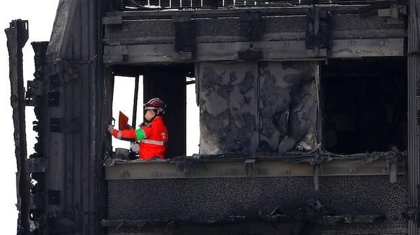 Presset Theresa May mødes med brandofre efter kritik