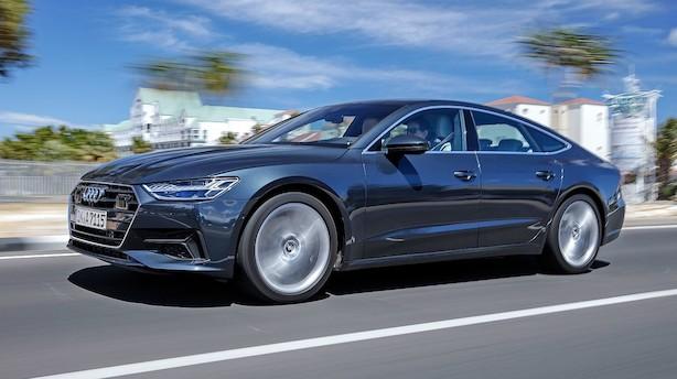 Kæmpe-Audi med stor bagklap fører sig frem