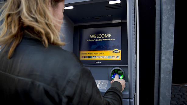 Prisen for at hæve kontanter i udlandet falder i flere banker
