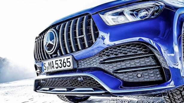 Stor Mercedes-Benz har fornem kontrol over sine bevægelser