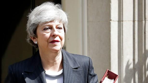 Mens konservative kræver Mays afgang fredag - kæmper hun videre for brexit-aftale
