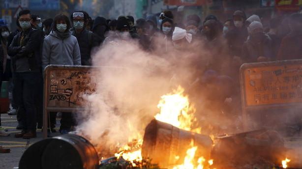 44 betjente er blevet såret i optøjer i Hongkong