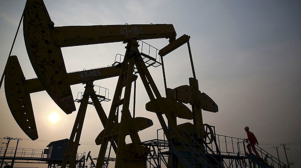 Råvarer: Produktionsnedskæringer og sanktioner hæver oliepriserne