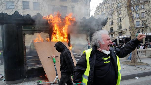 Butikker på Champs-Élysées plyndret under uro i Paris