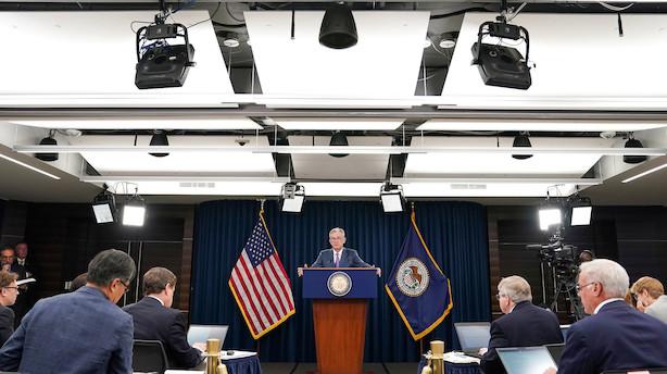USA's centralbank sænker renten - men giver ikke mange signaler om vejen videre frem