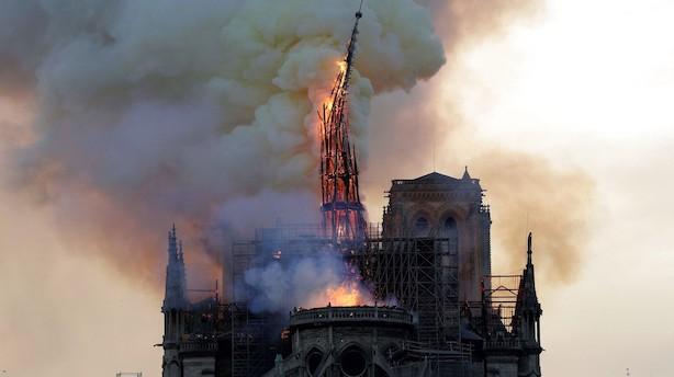 """Store dele af Notre Dame omdannet til aske under storbrand: """"Alt brænder"""""""