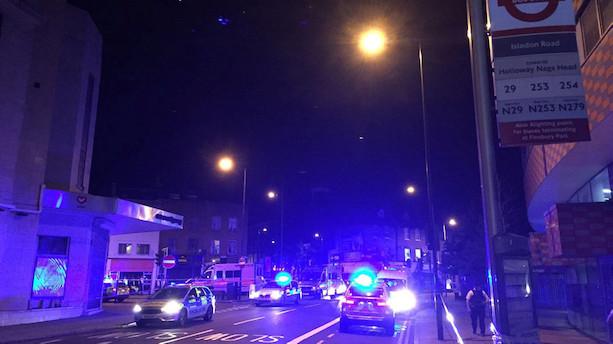 Varevogn pløjer fodgængere ned nær moské i London - en er dræbt