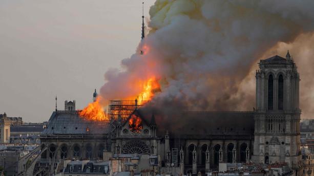 Notre Dames tårne er reddet - Macron hylder brandmænds indsats