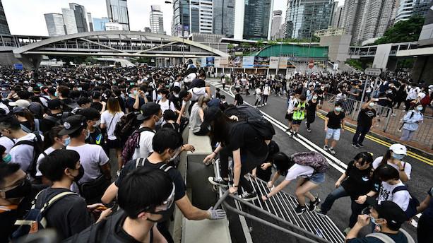 Demonstranter omringer regeringshovedkvarter i Hongkong