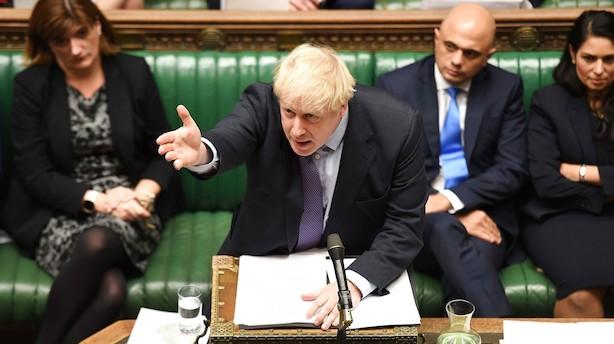 Flertal i det britiske parlament stemmer for Boris Johnsons brexitaftale - men afviser hans stramme tidsplan