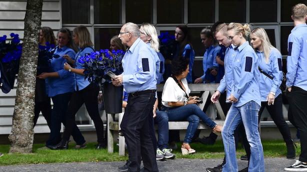 Lars Larsen mindet med 600 blå roser ved bisættelse