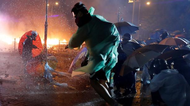 Politiet i Hongkong anholder demonstranter udenfor universitet