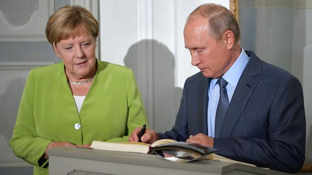 Putin og Merkel drøfter omstridt gasledning på topmøde