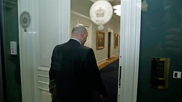 Søren Pape vandrer ud og ind hos statsministeren