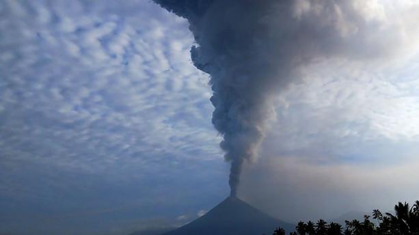 Vulkanudbrud i Indonesien slynger aske op i atmosfæren