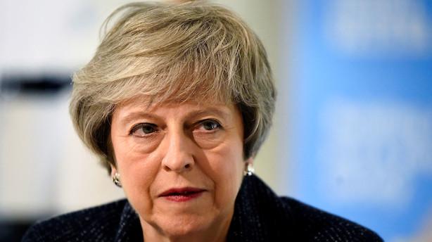 """Theresa May får kritik for at trække tiden: """"Vores land står over for den største krise i en generation"""""""