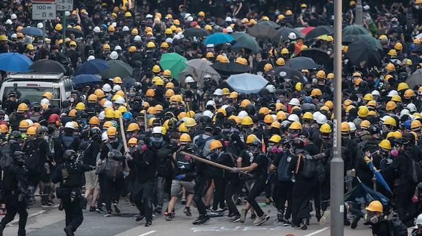 Nye hårde gadekampe ryster Hongkong