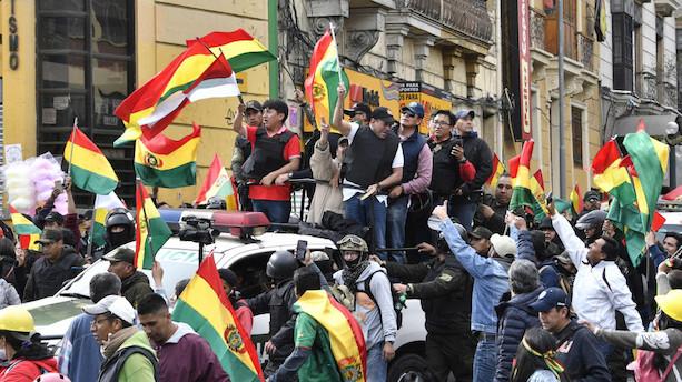Bolivias pressede præsident meddeler sin afgang