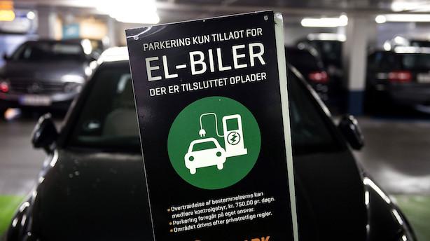 """Økonom om rekordår for elbiler: """"Der er altså fortsat lang vej igen, hvis bilparken for alvor skal skifte mod at blive mere eldrevet"""""""