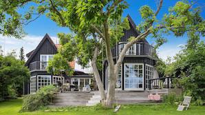 Ugens Bolig: Arkitektens private Holte-paradis sat til salg