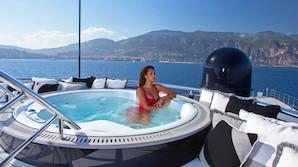 Helipad og kæmpe-pool: Så meget superyacht får du for 400 mio. kr.