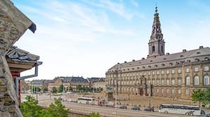 Dansk aviskonge vil s�lge pal� over for Folketinget for 50 mio - kig med ind