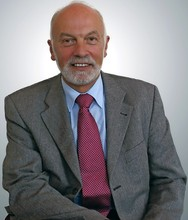 Poul Erik Bech leverer store dele af sin ejendomsmæglervirksomhed videre. Han fortsætter dog som bestyrelsesfomand for mæglerkæden EDC