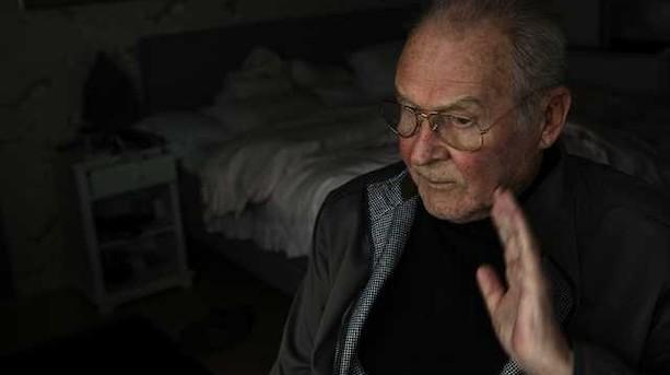 """Klaus Pagh er stoppet med at hælde Whisky på Dirch Passers grav: """"Det stank også ud over hele kirkegården"""""""