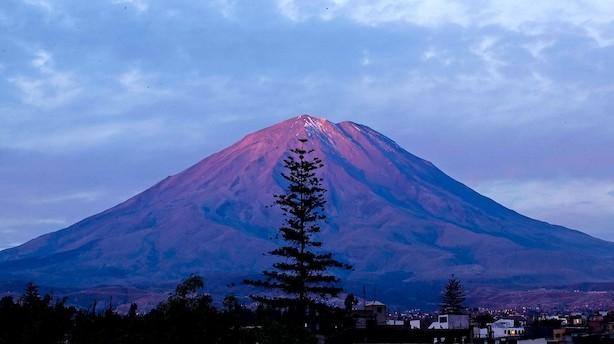 Storbyen der gemmer sig bag vulkanerne