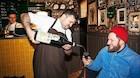 Tyrkisk kroejer  serverer stegt flæsk på Nørrebro