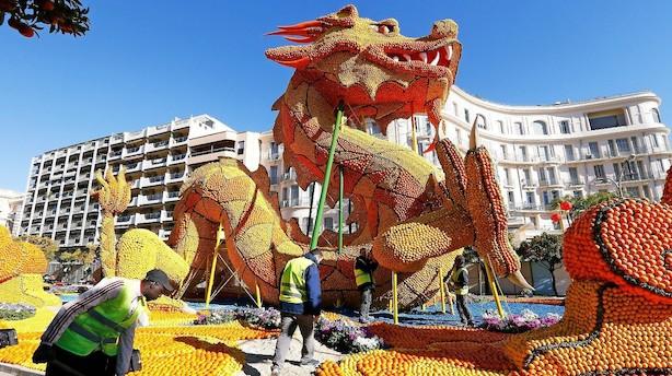 Kunstfærdige citrusfrugter indtager fransk kystby