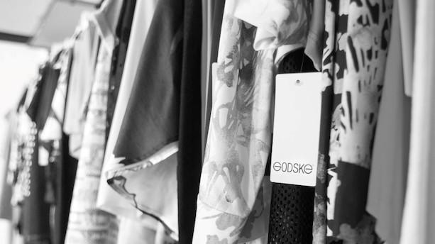 """Jyde på over 80 år skovler penge ind på tøj: """"Det går sådan rimeligt"""""""