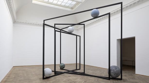 Anmeldelse: Overvældende instalations- og arkitekturkunst på Charlottenborg